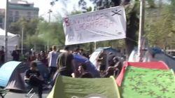 Decenas de estudiantes plantan tiendas de campaña en la plaza Universitat de