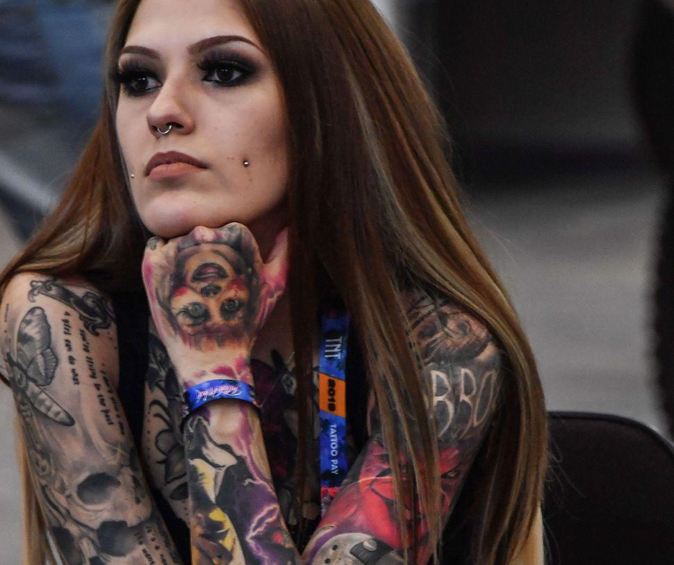 Γυναίκα με τατουάζ