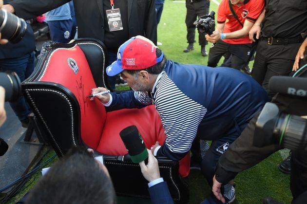 Maradona festeggia il compleanno allenando la sua squadra seduto sul