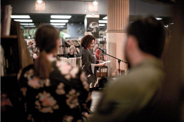 Laura Warrell lors d'une lecture à la librairie The Last Bookstore, à Los