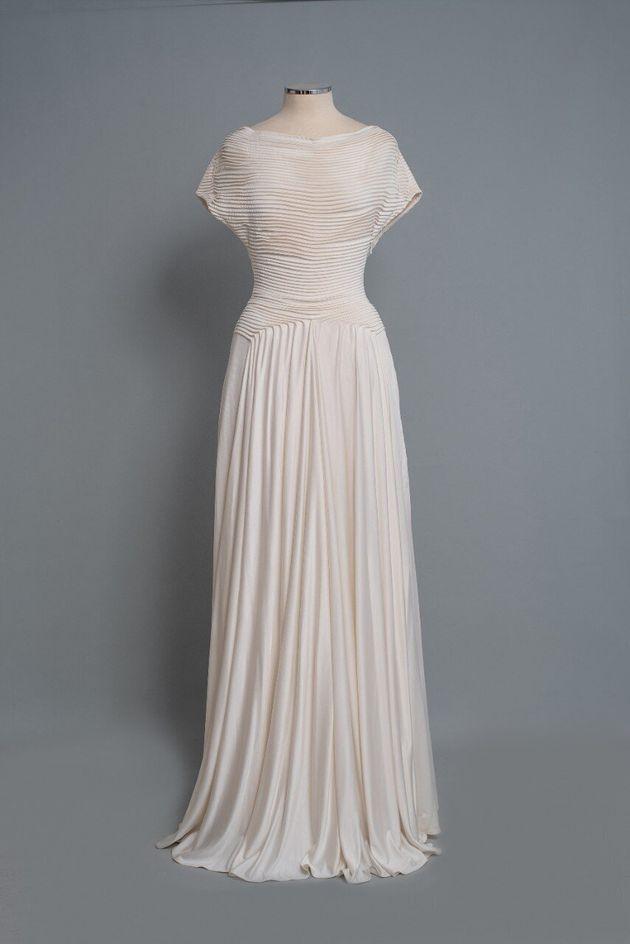 2000-1. Φόρεμα πτυχωτό από λευκό μεταξωτό ύφασμα της Σοφίας Κοκοσαλάκη. Λονδίνο 2005. Δωρεά Ιωάννα Παπαντωνίου.