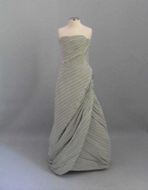 1950-10. Φόρεμα στράπλες, ντραπέ, του Γιάννη Ευαγγελίδη από φιστικί σατέν ύφασμα. Δεκαετία 1950. Δωρεά: Λιλή Βενιζέλου-Χαραμή