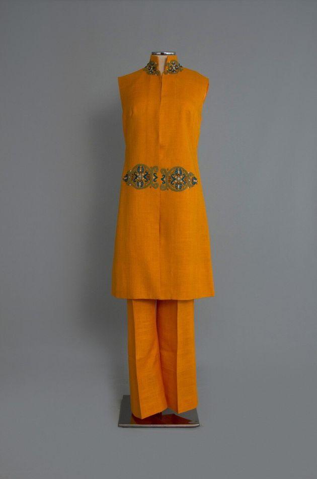 1960-12. Σύνολο από πορτοκαλί λινό ύφασμα της Cleo's Art Souvenirs με κεντημένη «πόρπη». Αθήνα. Δεκαετία 1960. Δωρεά: Κλειώ Μποσταντζόγλου