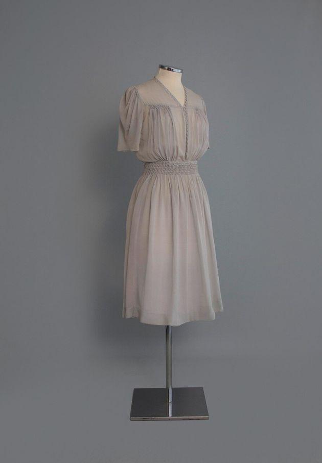 1940-1. Φόρεμα από γκρι ανοιχτό κρεπ με σφηκοφωλιά. Αθήνα. Δεκαετία 1940. Δωρεά: Λίτσα Λεμπέση