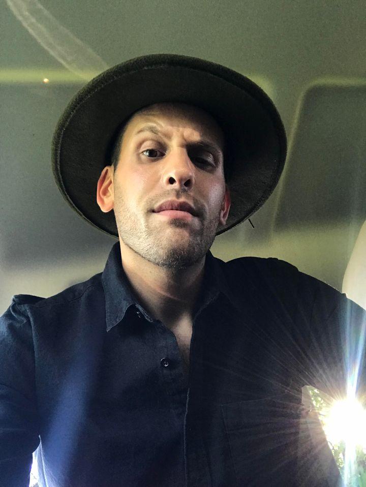 Aronson peu après avoir revêtu son costume d'esprit menaçant dans sa voiture.