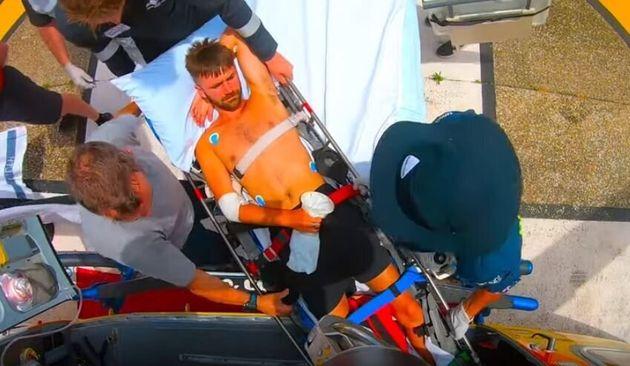 Όταν οι δύο τραυματίες έσπευσαν να βοηθήσουν και κατόρθωσαν να ανεβάσουν στο σκάφος τον Βρετανό, ανέλαβαν αμέσως δράση, φτιάχνοντας εκ των ενόντων έναν σφιγκτήρα από σχοινιά και πετσέτες για να επιδέσουν πρόχειρα το πόδι ήταν δαγκωμένο.