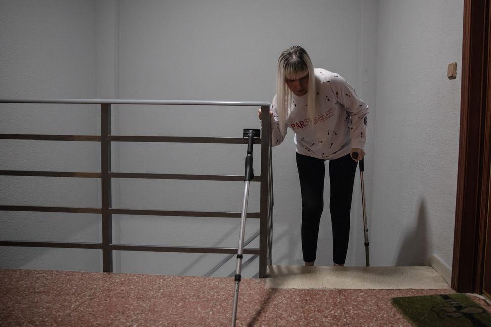 Nuria, en su vivienda no adaptada, tiene que subir y bajar cada día 4 pisos con la única...