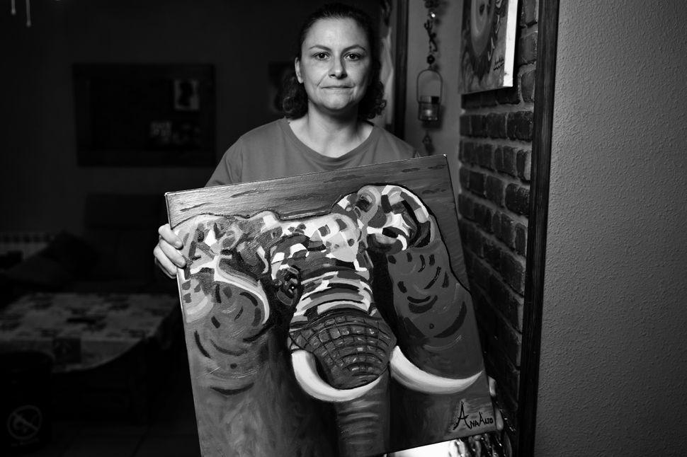 Ana, que siempre ha pintado por afición, posa con uno de sus cuadros