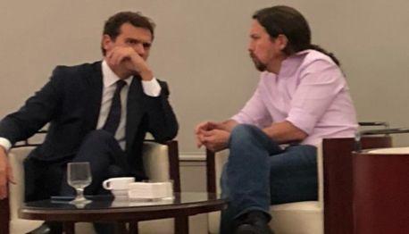 Pablo Iglesias conversando en el