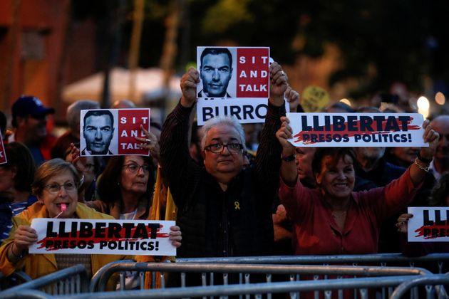 Manifestantes protestan en Viladecans por el acto de Pedro