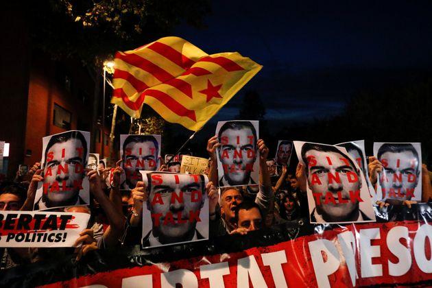 Varios centenares de manifestantes protestan contra Sánchez durante su acto en