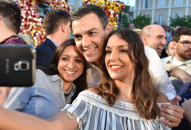 Pedro Sánchez se hace un selfie con dos