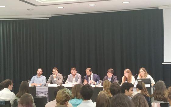 De izquierda a derecha: Vox, Ciudadanos, PSOE, el moderador, PP, Unidas Podemos y Más