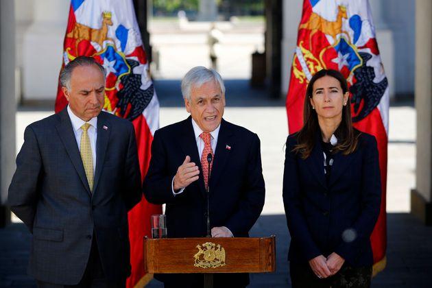 세바스티안 피녜라 칠레 대통령(가운데)이 기자회견을 열고