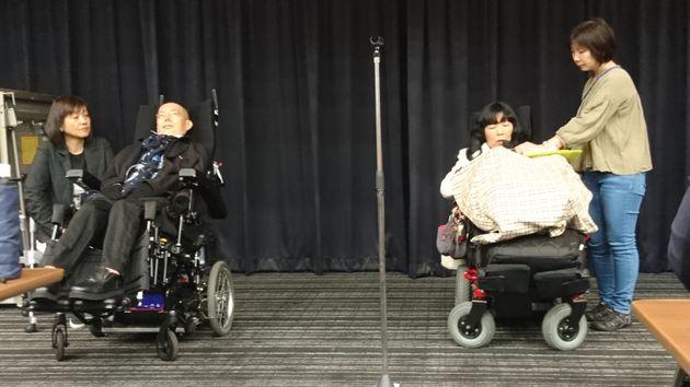 障害者総合支援法に基づく「重度訪問介護」サービスの改善などを訴える集会に出席したれいわ新選組の舩後靖彦(左)、木村英子両参院議員