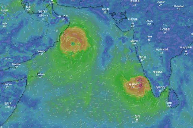 오만 앞바다를 이동하고 있는 카르(왼쪽 덩어리)와 인도 남부에 발달한 사이클론 마하(오른쪽
