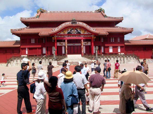 沖縄復帰30周年を記念して無料開放された世界遺産「首里城」(2002年5月、那覇市)