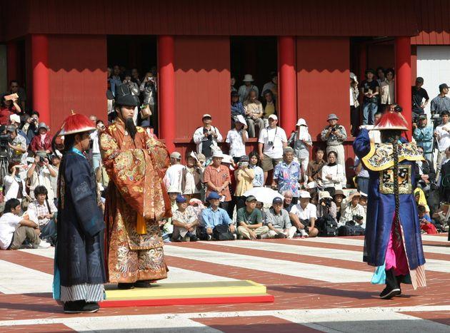 琉球王朝の王城だった首里城で、中国皇帝が使者を派遣して琉球国王を任命した「冊封(さっぽう)儀式」が初めて再現された。大勢の観光客が厳かに進行する儀式の様子を見守った。「冊封」は本来、中国国内で親王などを任命する制度だったが、14世紀後半から周辺諸国にも広がり始め、琉球王国では1404年の武寧王の時代から約460年間続いた(=2004年10月30日、那覇市)