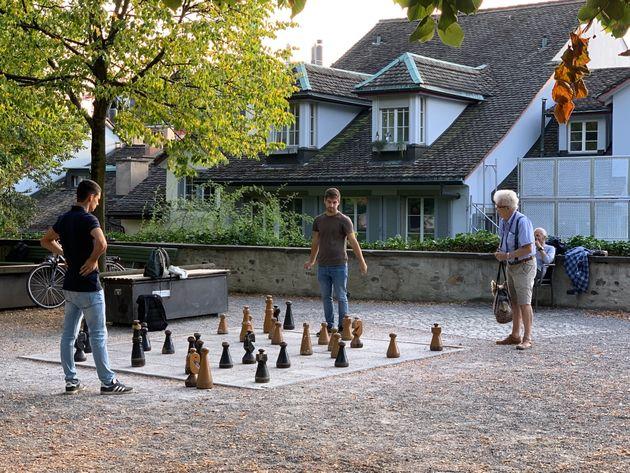 チェスを楽しむ人々