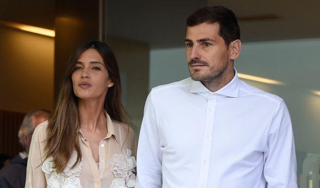 Iker Casillas y Sara Carbonero, a la salida del hospital después de que el portero sufriera un...