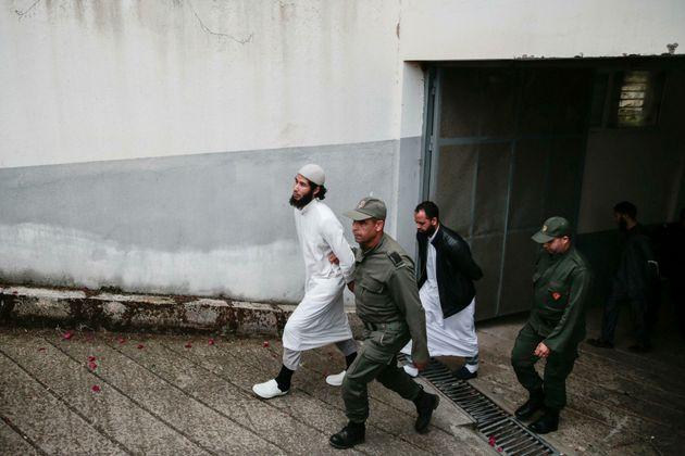 Un des accusés du meurtre de deux touristes scandinaves à Imlil, escorté par les forces de sécurité après une audience au tribunal de Salé, le 2 mai 2019.