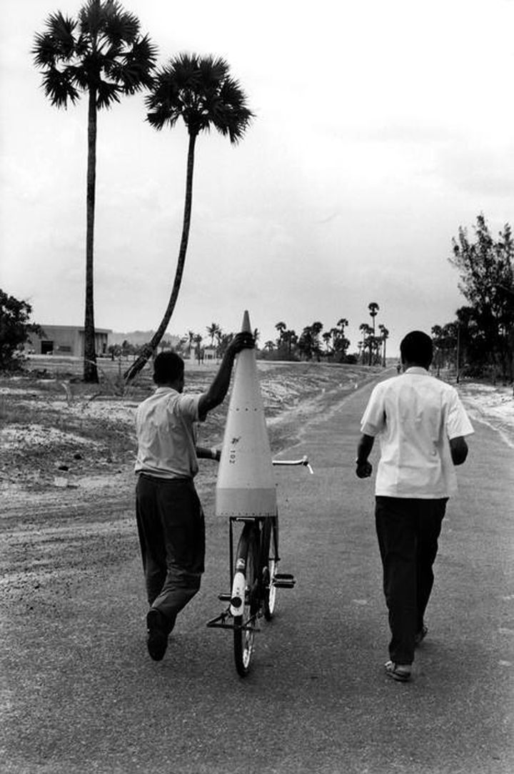 The photograph of the rocket nose cone on a bicycle taken by Henri Cartier-Bresson soon went viral in the media. On the right: engineer, CR Sathya. His assistant, Velappan Nair, is taking care of the nose cone.