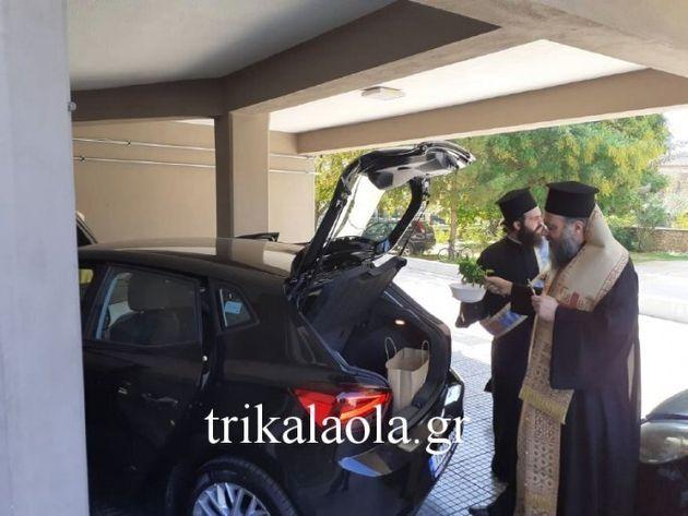 Τρίκαλα: Μητροπολίτης έκανε αγιασμό στο καινούργιο αυτοκίνητο