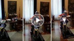 Da sindaco a pilota da cross. Cateno De Luca con la moto dentro il municipio di Messina