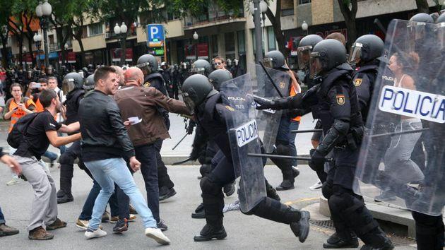Carga policial en los disturbios en Cataluña tras la sentencia del