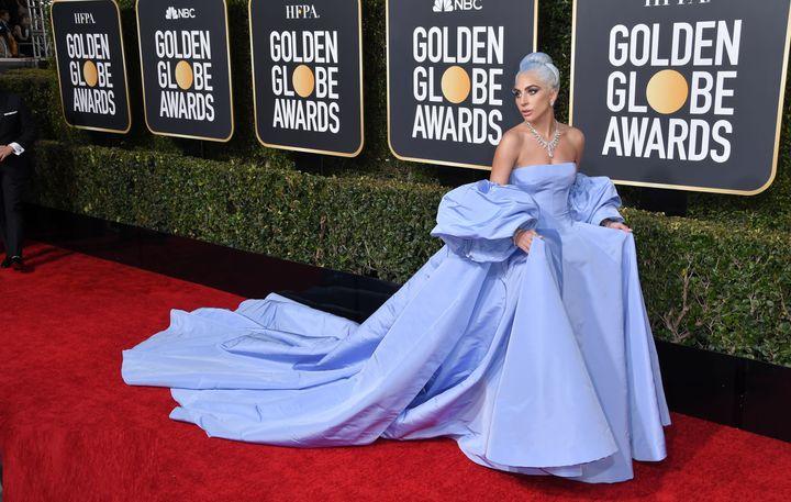 Η Lady Gaga εντυπωσίασε στο κόκκινο χαλί των Golden Globes.