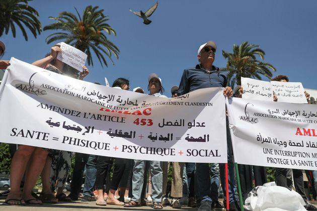 Des manifestants, rassemblés devant le Parlement, à Rabat, pour faire passer une loi protegeant les femmes des avortements clandestins, le 25 juin 2019.(AP Photo/Mosa'ab Elshamy)