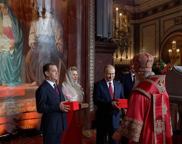 Le premier ministre russe Dmitri Medvedev et son épouse Svetlana, le président Poutine et le maire de...