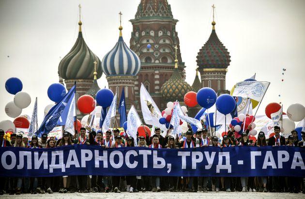 Les membres des syndicats russes tenant des ballons et des drapeaux défilent sur la Place Rouge lors...