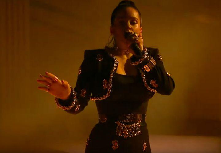 Fotograma del videoclip <i>Dios nos libre del dinero</i>, con look total de Moschino.