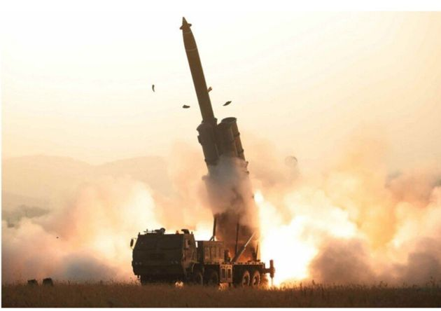 북한노동당 기관지 노동신문은1일, 전일 국방과학원이 전일 초대형 방사포 시험 사격을 성공적으로 진행했다고