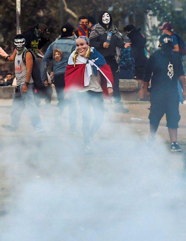 Des manifestants déguisés à Santiago, au Chili, le 31 octobre