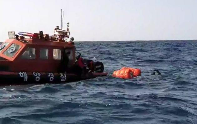1일 오후 경북 울릉군 독도 해상에 추락한 것으로 추정되는 물체가 해경 심해잠수사들에 의해 발견됐다. 사고 기체 수색 작업에 투입됐던 해경 잠수사가 사고기 동체로 추정되는 물체가 있는...