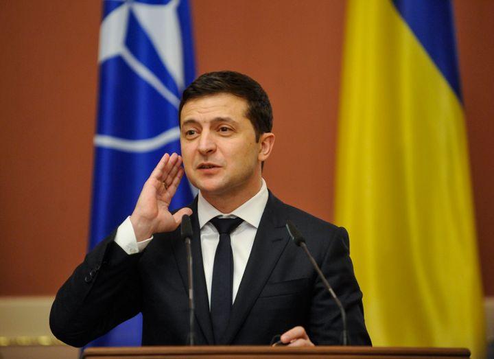 """<em>Le président ukrainien Volodymyr Zelensky (ici lors d'une conférence de presse de l'Otan le 31 octobre) a consacré toute la journée du 19 octobre à un """"marathon médiatique"""" à Kiev, en réponse aux questions pressantes concernant ses agissements à la tête du pays.</em>"""