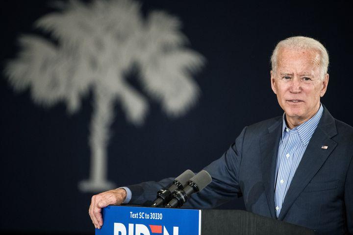 <em>Joe Biden (ici le 26 octobre en Caroline du Sud), l'un des candidats démocrates à la présidentielle, est apparu comme la principale cible des faveurs que Donald Trump a demandées au président ukrainien.</em>