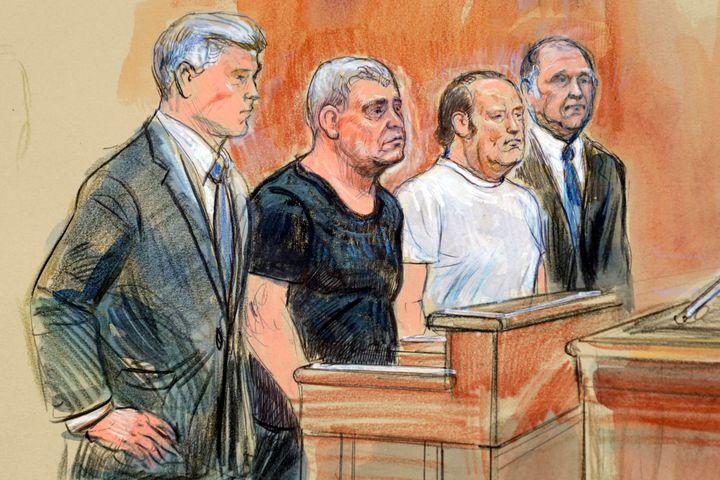 <em>Croquis de l'avocat Kevin Downing, à gauche, aux côtés de Lev Parnas, Igor Fruman et de l'avocat Thomas Zehnle dans une salle d'audience d'Alexandria, en Virginie, le 10 octobre.</em>