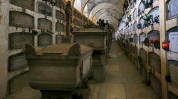 Cede il pavimento della cappella in cimitero. Madre e figlia precipitano