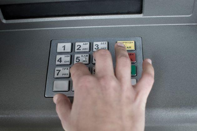 Διορθωτική κίνηση από 4 συστημικές τράπεζες: «Παγώνουν» αυξήσεις σε χρεώσεις για ΑΤΜ -