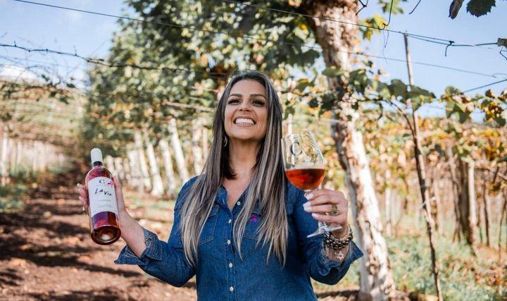 "Valessa Cavalleri celebra a vida com o vinho ""La Vie""."