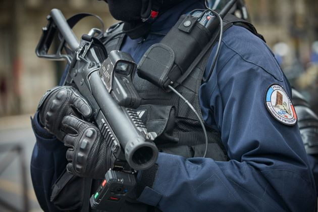Un policier avec un LBD lors de l'acte 37 des gilets jaunes à Paris le 27 juillet