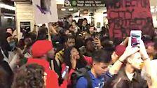 デモの参加者がヒットブルックリンの街、地下鉄の駅への抗議行動警察の残虐行為