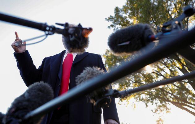 Eso que hay detrás de los micrófonos es Donald