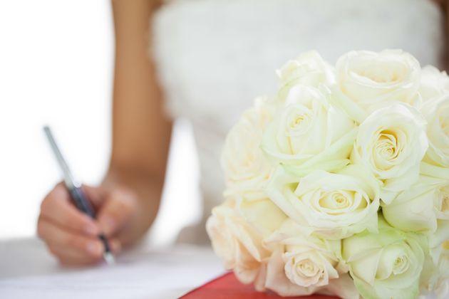 Υπόθεση τριγαμίας στην Ελλάδα: Παντρεύτηκε τρεις άνδρες σε Βόλο, Ελασσόνα και