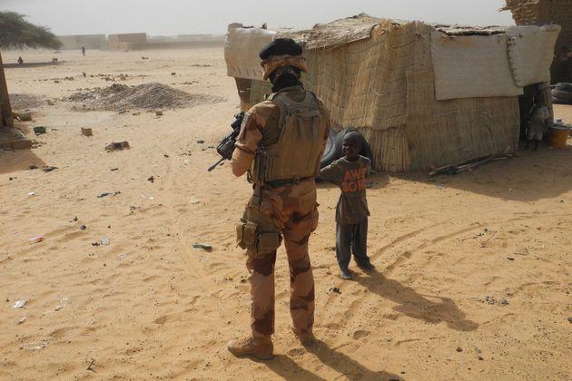 Un soldat français dans les rues de Gossi, dans le centre du Mali, le 25 mars