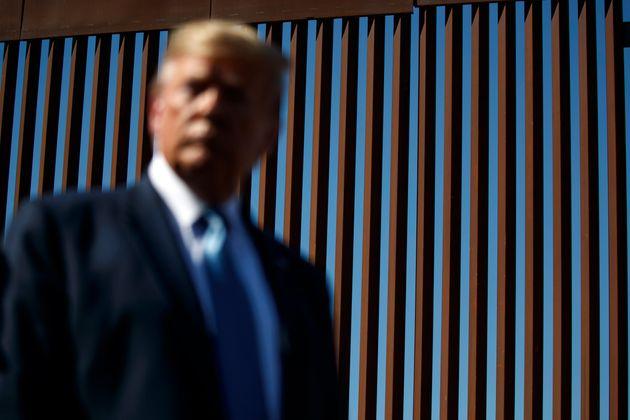 지난 9월 18일 캘리포니아 남쪽의 벽을 시찰하고 있는 트럼프