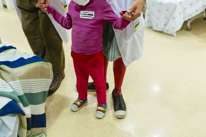 Paciente infantil recebe amparo e boas energias dos palhaços.